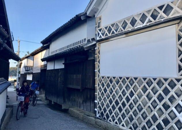 塩飽大工が建てた笠島地区の家屋は、しっくい塗りの白壁が特徴