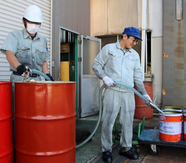 内山製作所の烏山工場はドラム缶で水を調達した(16日、栃木県那須烏山市)