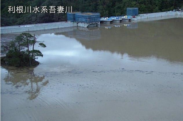台風の影響で満水になった八ツ場ダム(15日、群馬県長野原町)