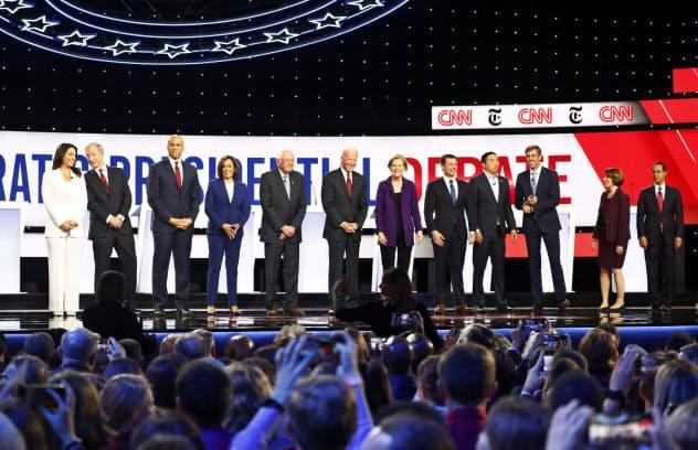 15日、討論会に参加した米大統領選の民主党候補ら=ロイター