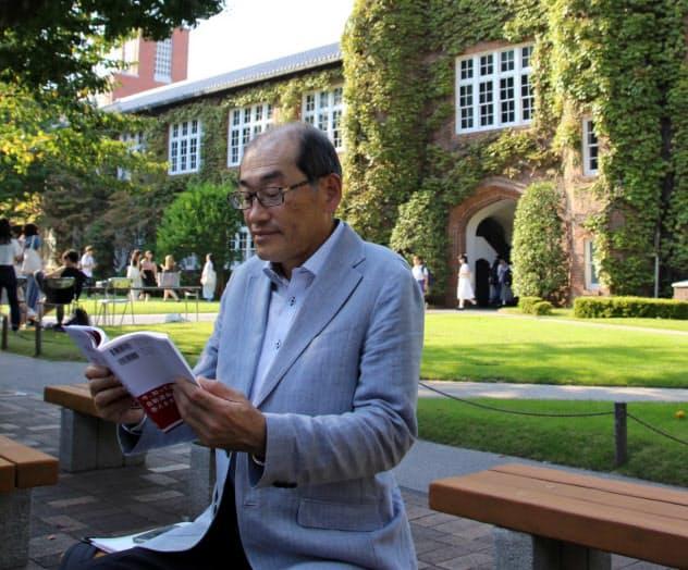 授業の予習をする高野さん(東京・池袋の立教大学)