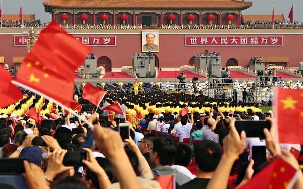中国建国70年の記念式典(1日、北京の天安門広場)=新華社・共同