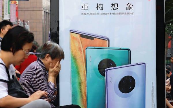 上海市内にはファーウェイの新型スマホの広告が並ぶ=小林健撮影