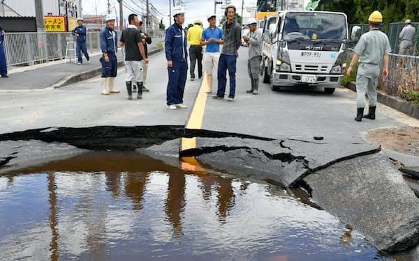 地震で水道管が破裂し陥没した道路(2018年6月、大阪府高槻市)