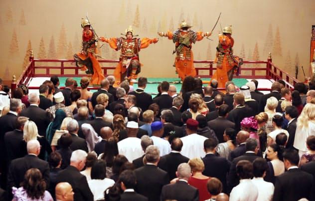 舞楽「太平楽」を鑑賞する参列者(22日、皇居・宮殿「春秋の間」)