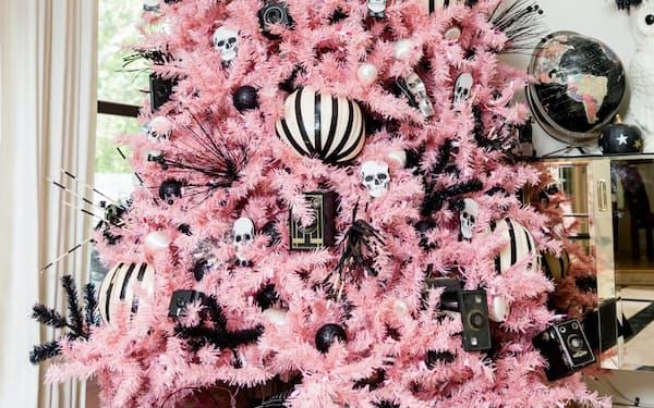 骸骨やカボチャが飾ってあるジェニファー・パーキンスさんの「ハロウィーン・クリスマスツリー」=Jennifer M. Ramos