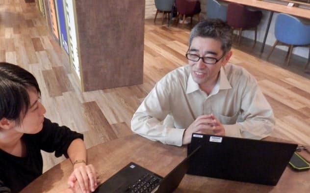 為近さん(右)はメーカーに勤めながら、クラウドソーシングで仕事を引き受けている