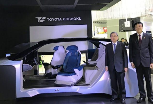 トヨタ紡織やデンソー、アイシンなどグループ5社で開発する「MX191」を紹介する、トヨタ紡織の豊田周平会長(左)と沼毅社長