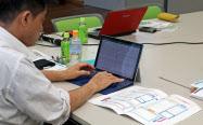 尼崎信用金庫のセミナーで「経営デザインシート」に書き込む経営者(兵庫県尼崎市)