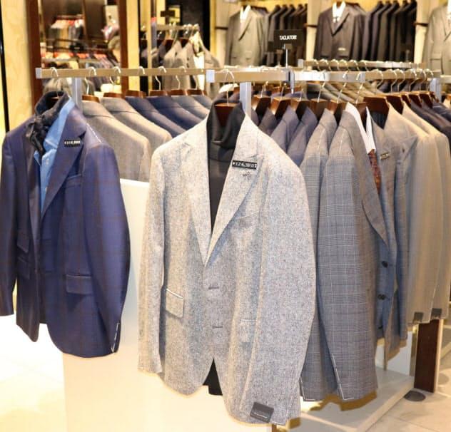 ジャケットにタートルネックを合わせたり、シャツにネッカチーフを合わせるカジュアルなウォームビズ商品が増えている(伊勢丹新宿本店)