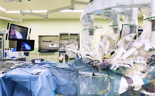 九州大学病院で行われるダヴィンチによるロボット手術=福岡市
