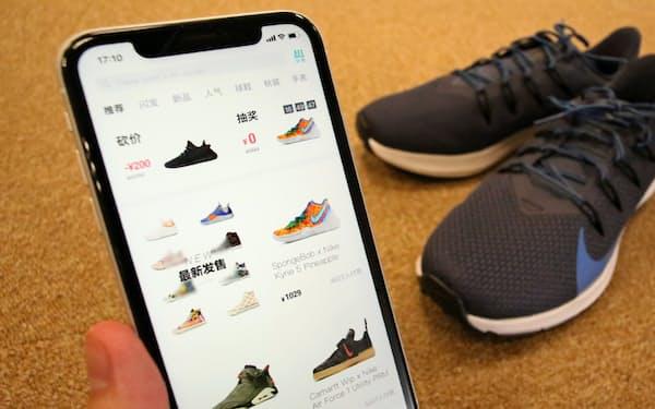 中国では「毒App」などスニーカーの売買アプリが乱立している
