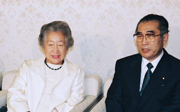 外相構想を検討した小渕首相と緒方さん(1998年、首相官邸)