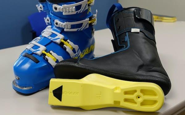 黒いチップ状のパーツ(写真手前)をスキーブーツの中敷きに付けて使う