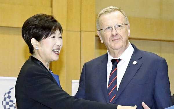会談に臨む小池知事(左)とIOCのジョン・コーツ調整委員長(25日、東京都庁)