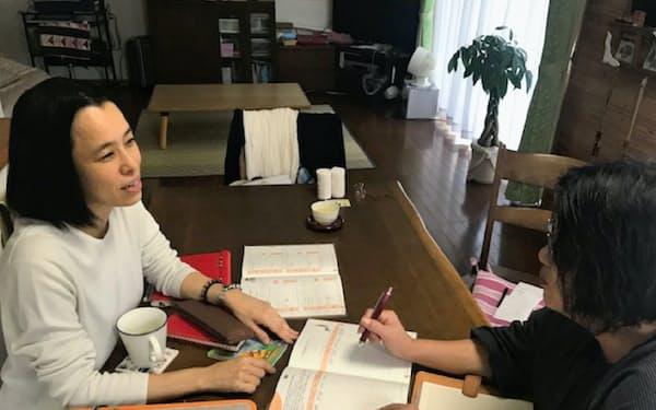 吉田裕子さん(左)はノートに鉛筆で書き残す手法を友人にも伝える(千葉県四街道市)