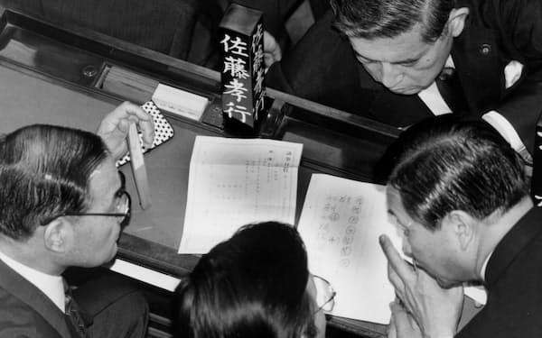 衆院本会議場で内閣不信任決議の票読みをする自民党議員(1993年6月18日午後7時すぎ)