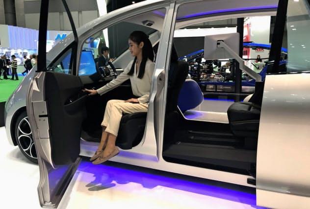 アイシングループは人の動きに合わせて自動で動作するドアやシートを開発している
