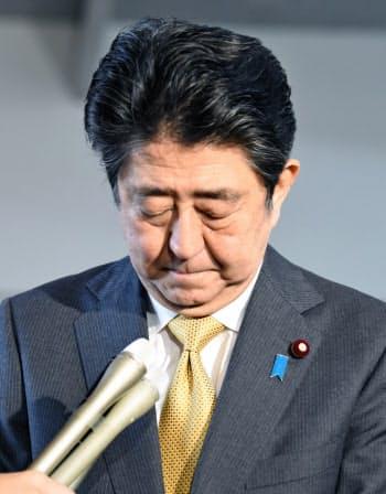 河井法相の辞任について頭を下げる安倍首相(31日、首相官邸)