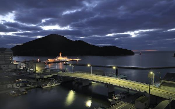 夜明け前の西郷港。ないだ湾内に海上保安庁の巡視船が停泊していた=小園雅之撮影