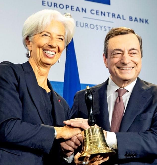 欧州中央銀行(ECB)総裁に就任したラガルド氏(左)と前任のドラギ氏=ロイター