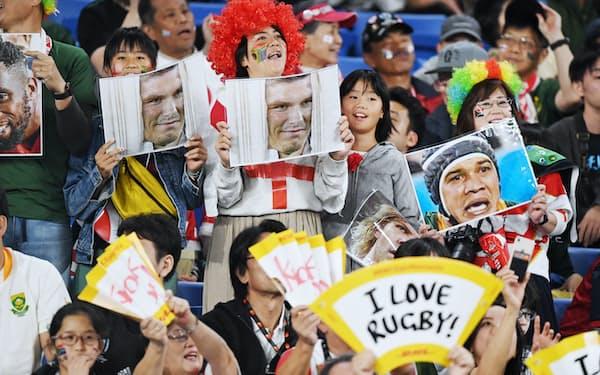 会場で盛り上がるファン(2日、横浜市の横浜国際総合競技場)