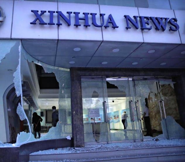 デモ隊に破壊された中国国営通信、新華社のビル(2日、香港)=AP