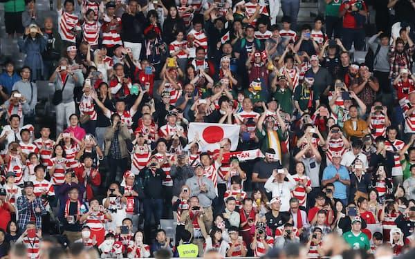 日本対南アフリカ戦の試合終了後、声援を送るファン(10月20日、東京都調布市の東京スタジアム)