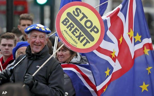 英国のEU離脱などが欧州統一知財制度を揺るがしている(英議会前で離脱反対を唱える市民)=AP