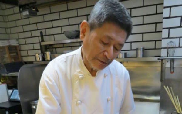 中華そばスープをベースにした「ドミソース」で調理するやまと店主の大和信一さん