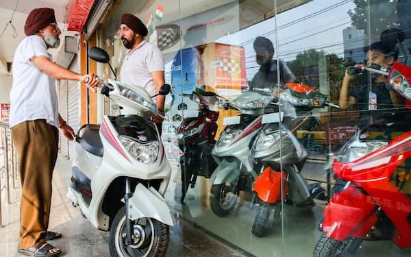 電動バイクがずらりと並ぶオキナワ・オートテックのショールーム(ニューデリー)=石井理恵撮影