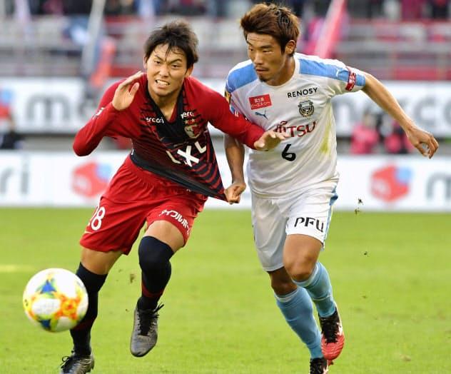 競り合う鹿島・町田(左)と川崎・守田