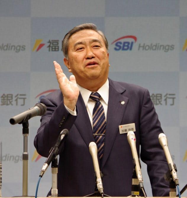 SBIHDとの資本・業務提携を発表した福島銀の加藤社長(11日、福島市)