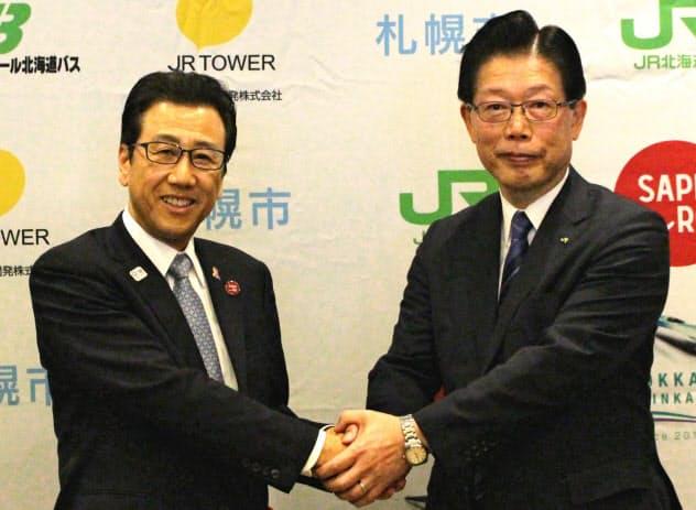 札幌市とJR北海道は二人三脚で札幌駅前を開発する(札幌市の秋元市長(左)とJR北海道の島田社長)