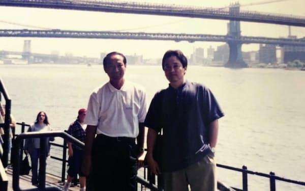 店舗事業部で課長時代、ニューヨークなどの海外で流通現場を調査した(写真(右))