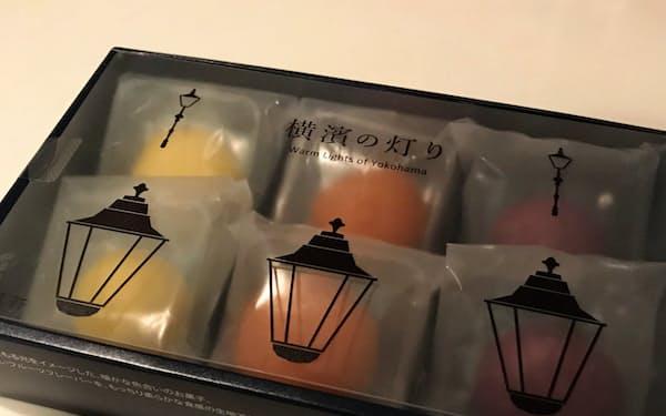 箱の表面には横浜のガス灯をイメージして学生が描いたイラストを採用した