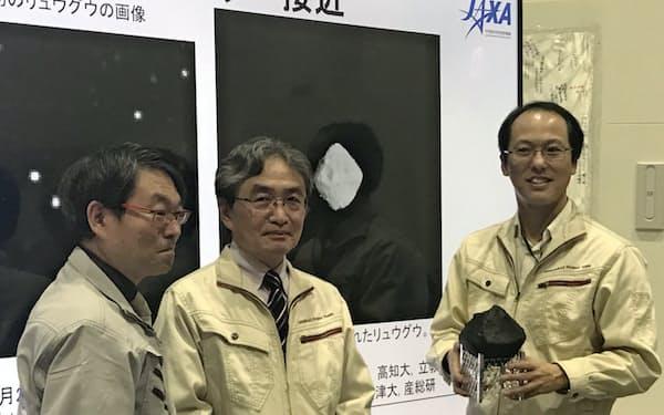 記者会見するJAXAの津田プロジェクトマネージャ(右)ら(12日)
