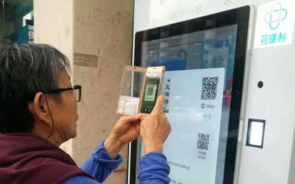 自動販売機で医薬品を購入し、電子決済で支払い(薬便利提供)