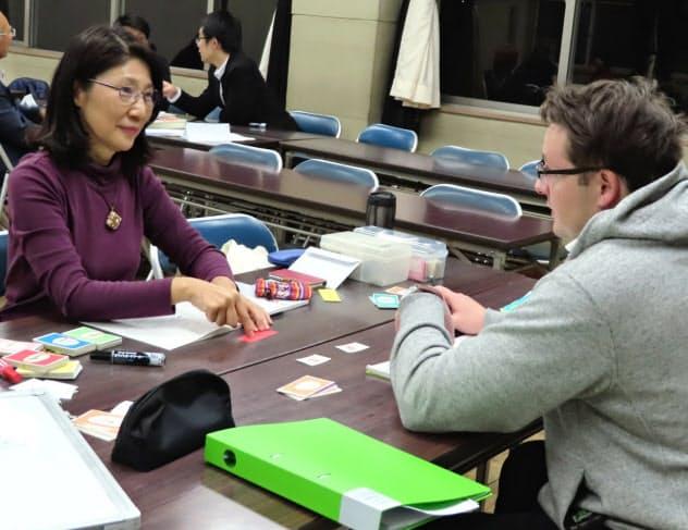 山本さん(左)は手作りの教材などを使い、教え方を工夫している(群馬県高崎市)