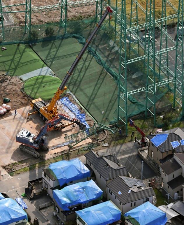 台風15号の影響で倒壊したゴルフ練習場の鉄柱の撤去作業(13日、千葉県市原市)