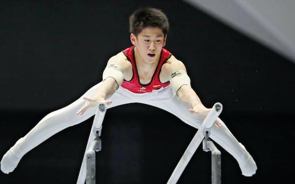 体操スーパーファイナルで優勝した橋本の平行棒