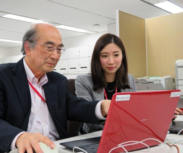 永田さん(右)は内田さんから業務を教わることが多い(東京都新宿区の損害保険ジャパン日本興亜)