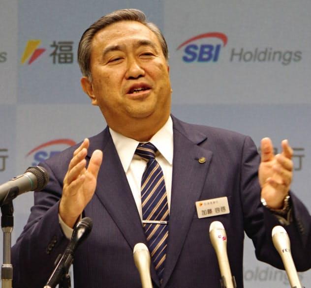 SBIホールディングスとの資本・業務提携を発表する福島銀行の加藤社長