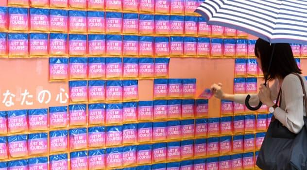 外壁に貼り付けられた生理用ナプキン。生理について考えるきっかけに(東京都渋谷区)