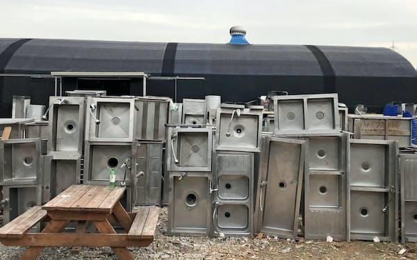 リサイクル店には廃業した店が手放した中古のシンクなどが並ぶ(ソウル近郊の京畿道安山市)