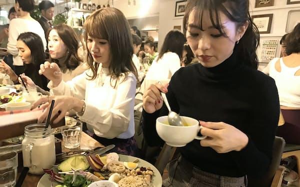 ミスターファーマーの新商品お披露目にはたくさんの女性が集まった(東京都渋谷区)