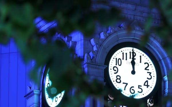 大時計が午前0時を告げる。都会の夜がふけていく=矢後衛撮影