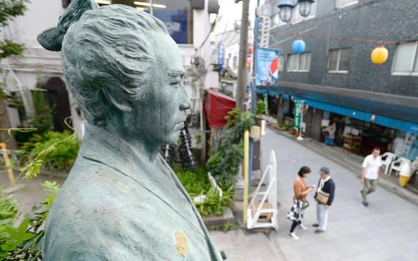 京急立会川駅前の商店街にある坂本龍馬の像(東京都品川区)
