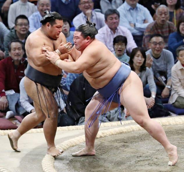 正代(右)は松鳳山を押し出しで破る 〔時事〕