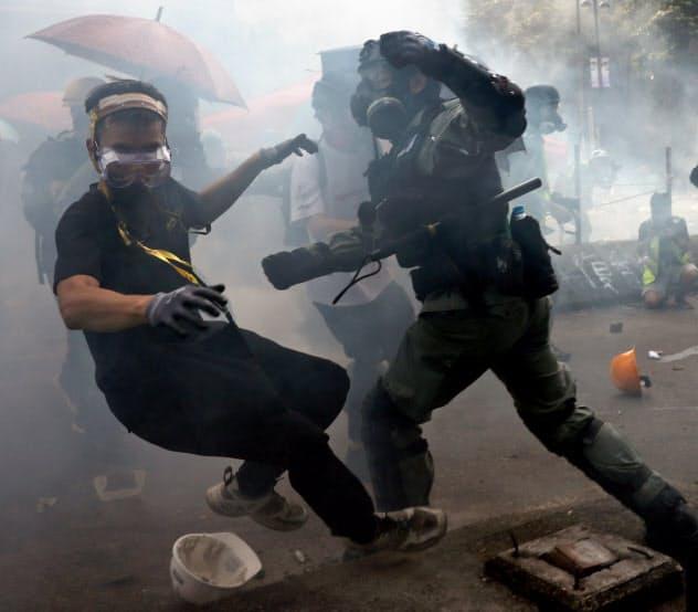 香港、逮捕400人超す 理工大に警察突入